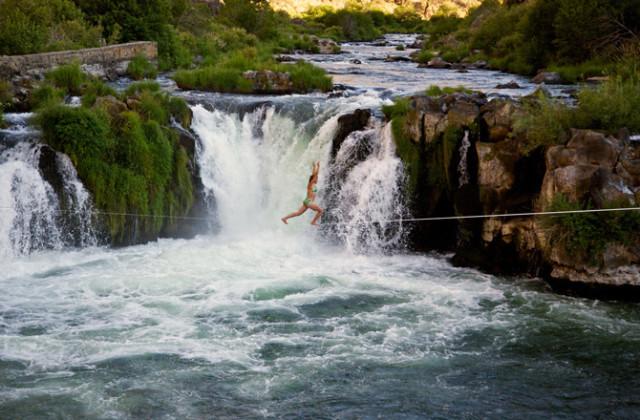 Прогулки слеклайнера над водопадом